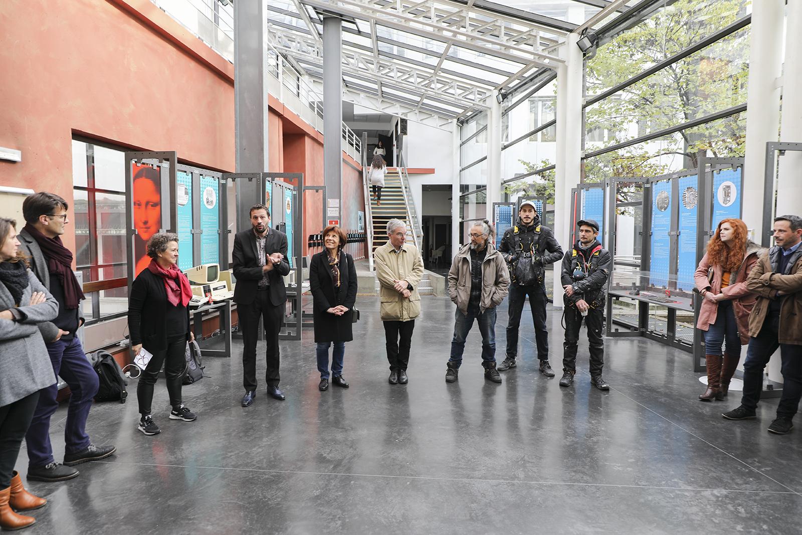 Cérémonie de réception de l'oeuvre en présence des artistes et porteurs du projet