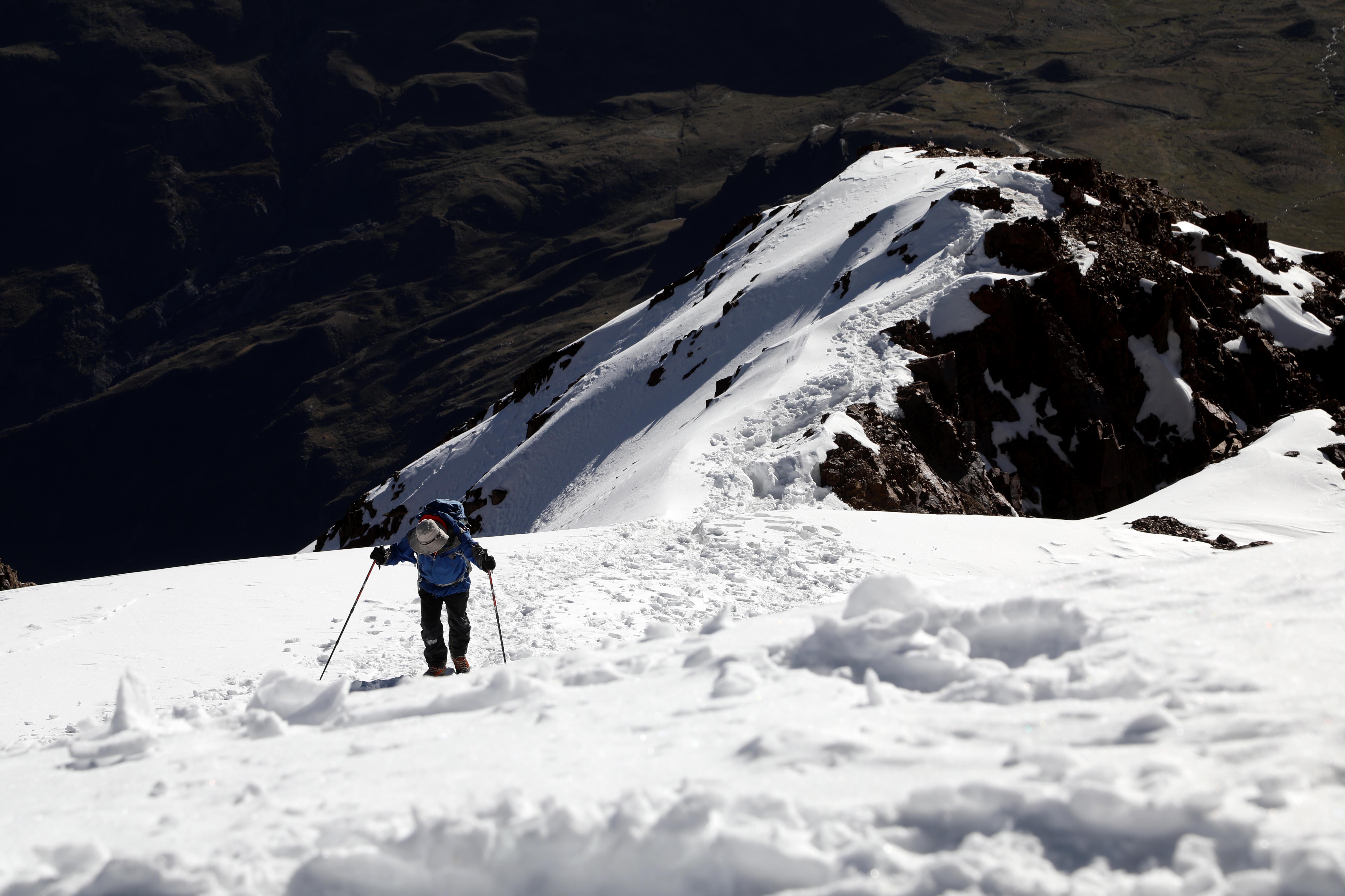 Un scientifique entreprend l'ascension vers le sommet de l'Illimani ©Sarah Del Ben/Wild Touch/Fondation UGA