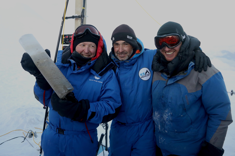 Les scientifiques posent avec un échantillon de carotte de glace ©Sarah Del Ben/Wild Touch/Fondation UGA