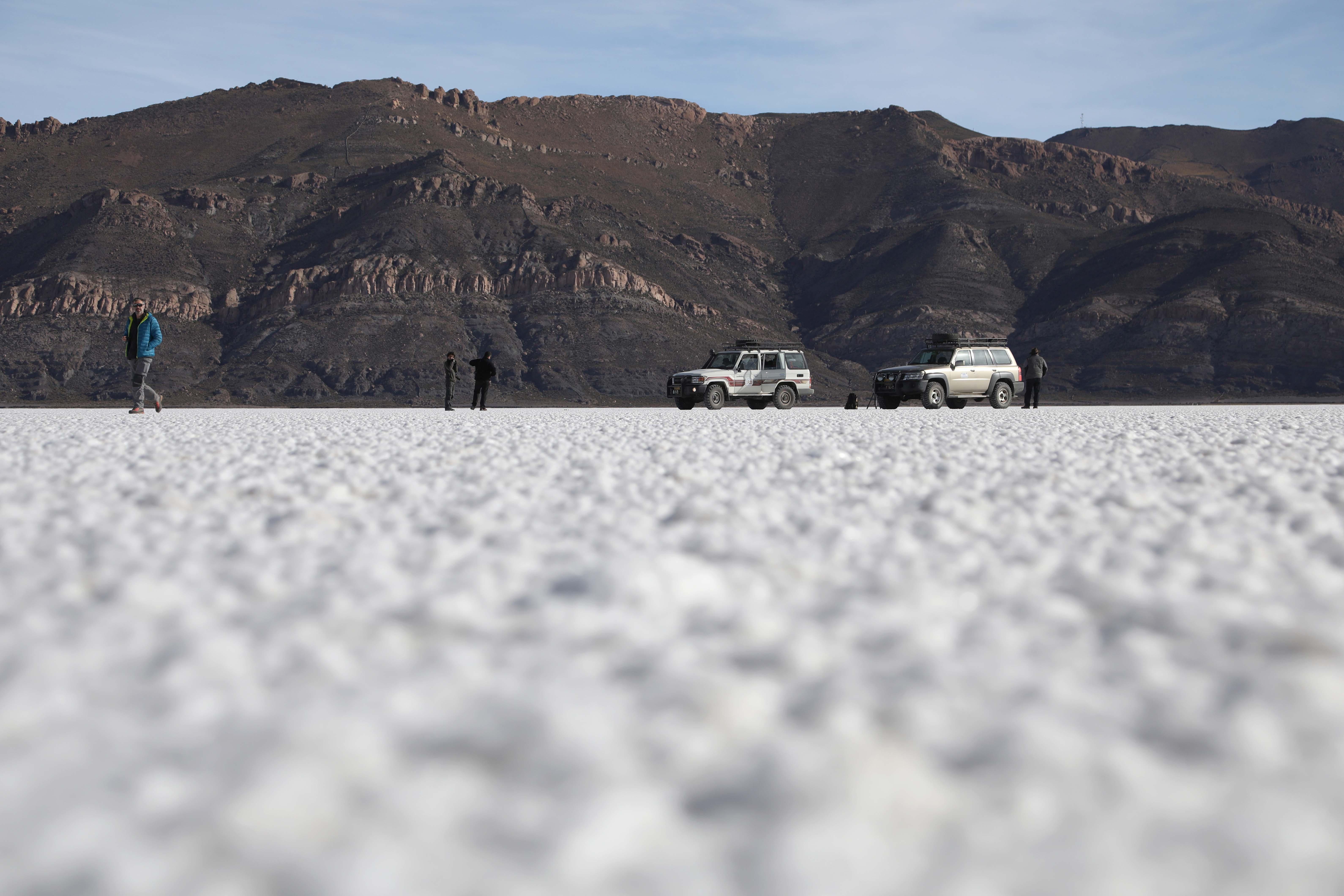 Traversée du Salar d'Uyuni, vaste désert de sel situé sur les hauts plateaux du sud-ouest de la Bolivie. ©Sarah Del Ben/Wild Touch/Fondation UGA