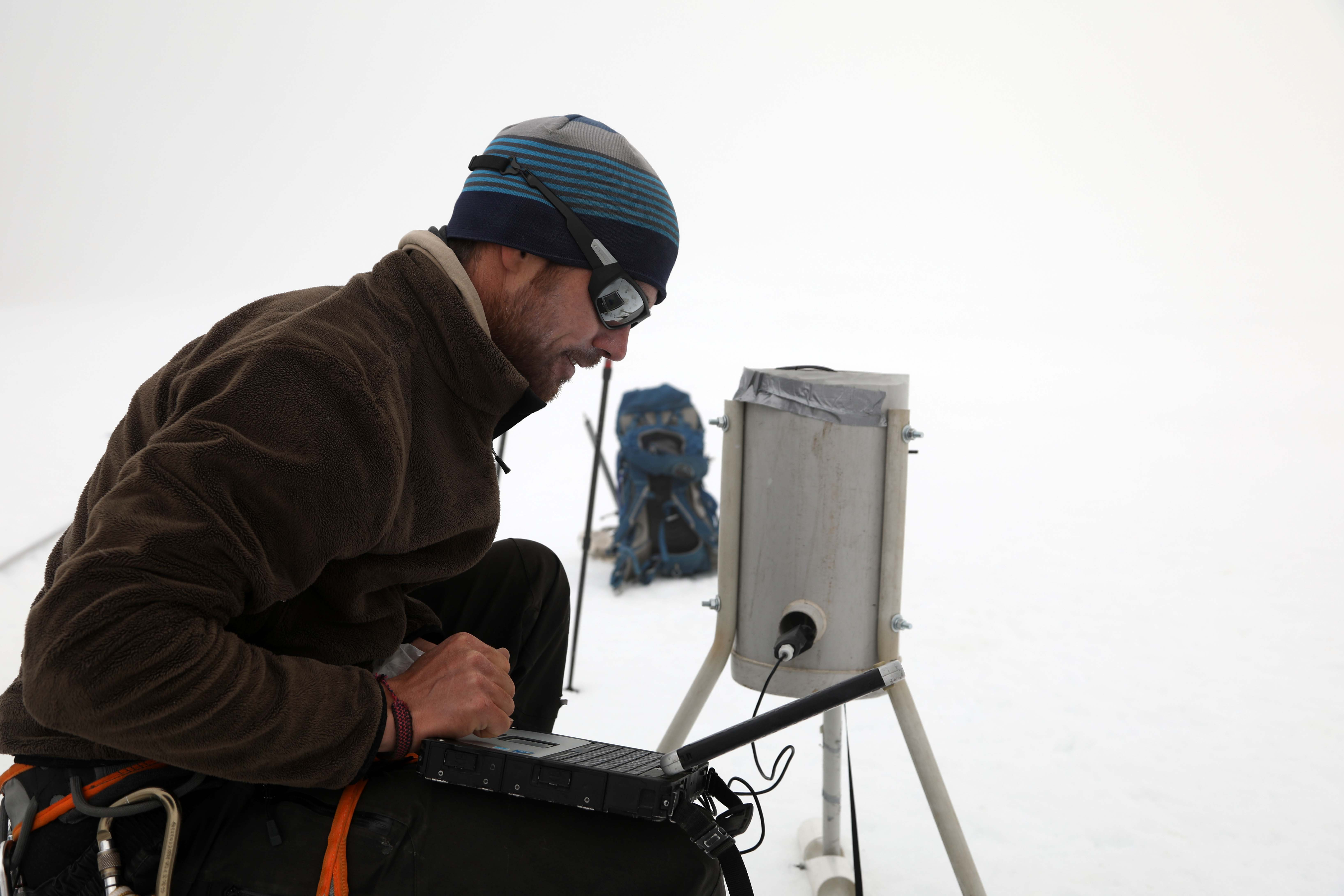 Pose de balises sur le glacier du Zongo à 5000 mètres d'altitude  ©Sarah Del Ben/Wild Touch/Fondation UGA