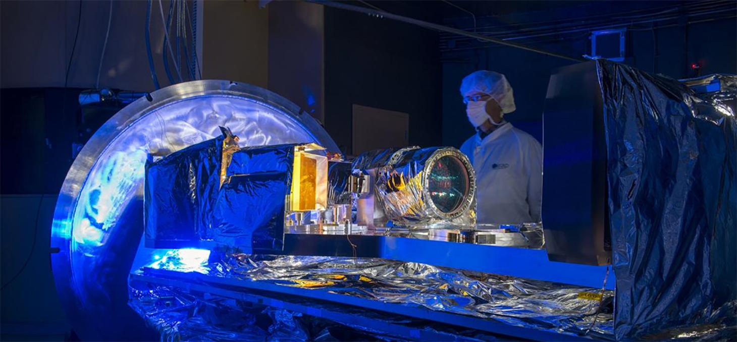 Vue d'ensemble du spectrographe SPIRou et de ses composants optiques, avant fermeture de son enceinte cryogénique © S. Chastanet - CNRS/OMP.
