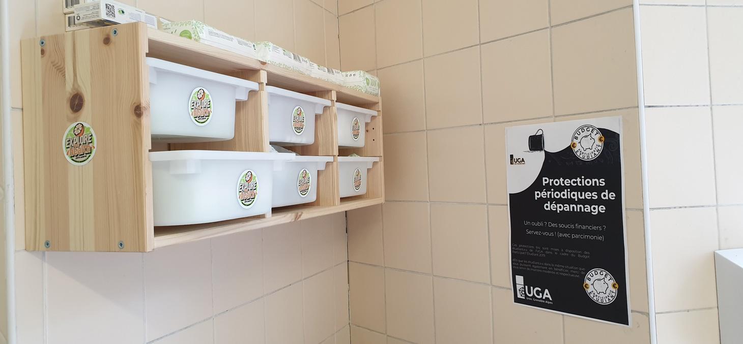 Protections hygiéniques en libre-service dans les toilettes
