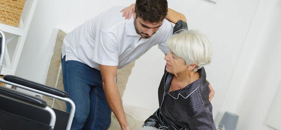 Les associations ont été pionnières dans l'organisation des services d'aide à la vie quotidienne auprès des personnes âgées. © Alpa prod / Shutterstock