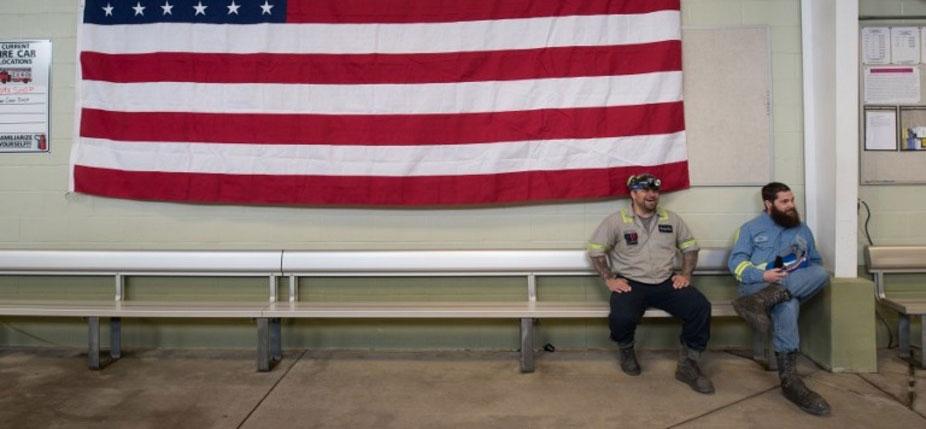 Des mineurs de Pennsylvanie le 13 avril 2017 lors d'une visite de Scott Pruit, le nouveau patron de l'Agence américaine de protection de l'environnement (EPA)