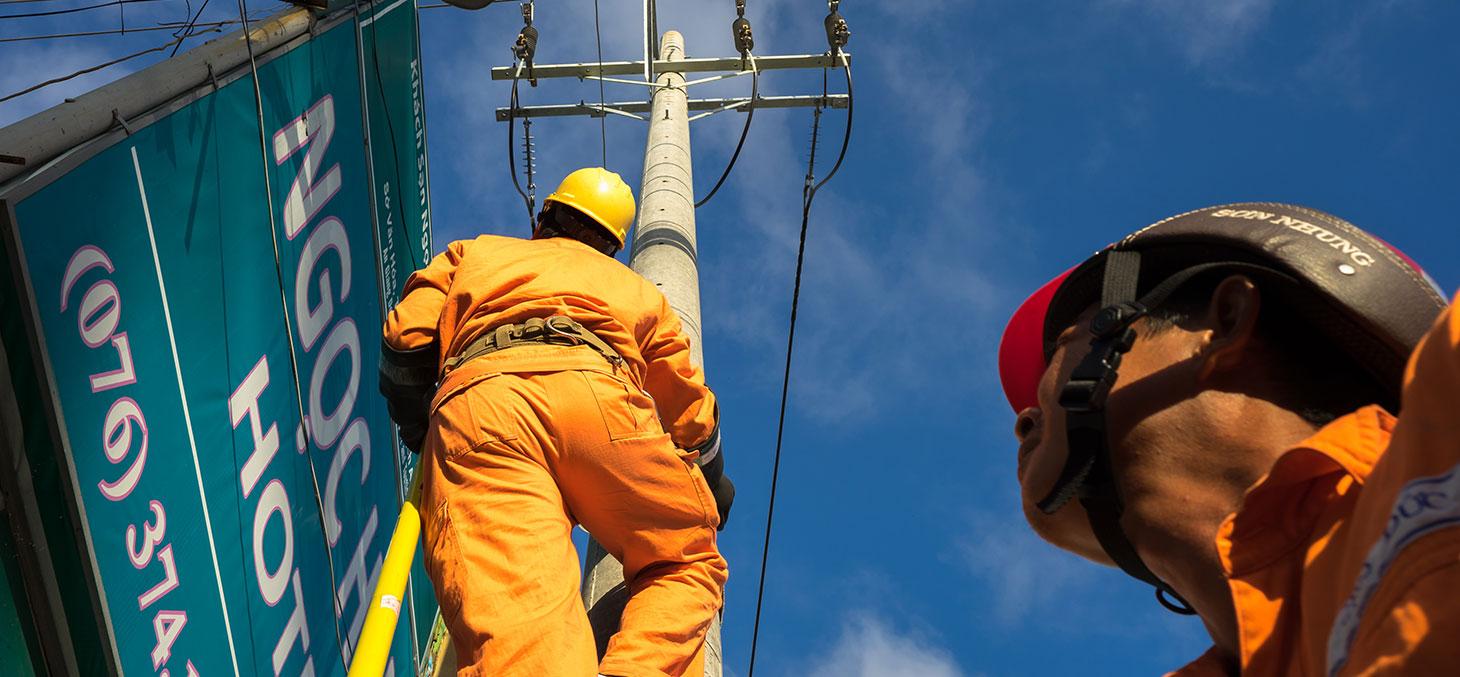 Un électricien asiatique réparant le système électrique dans le district de Chau Doc au Vietnam © Shutterstcok