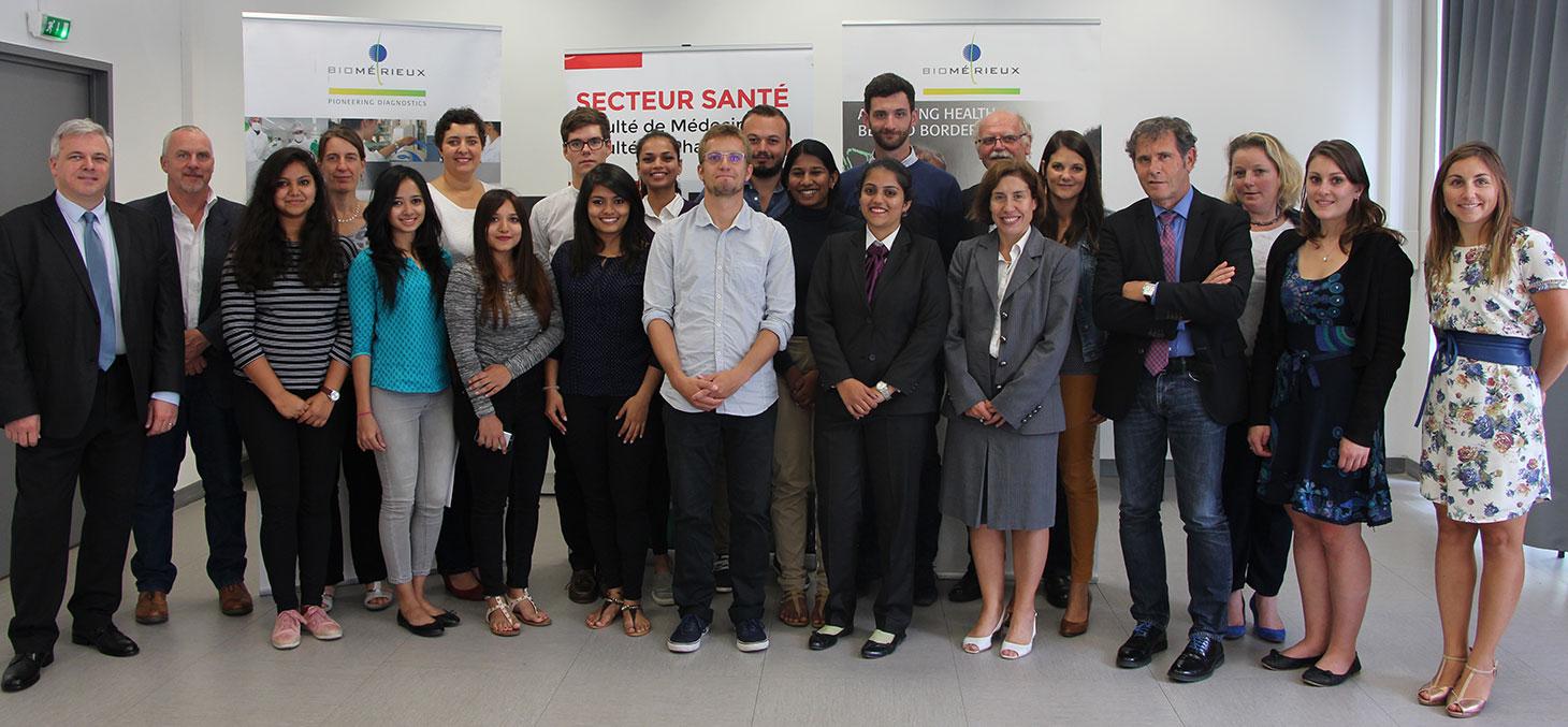Les étudiants du Master, les responsables de la Faculté de pharmacie, et les équipes de bioMérieux et de la Fondation UGA.