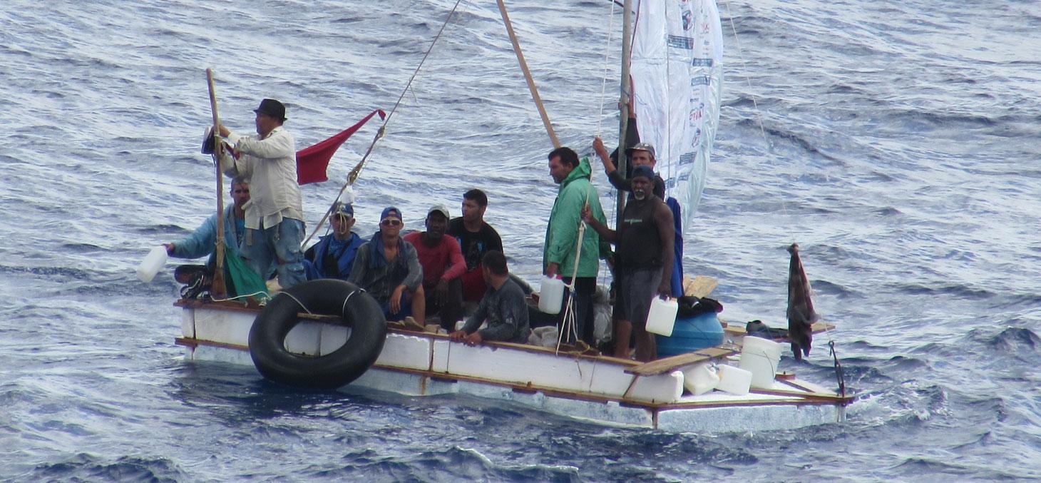 Des réfugiés cubains sur un bateau de fortune, en août 2014. © Andrew Smith / Wikimedia, CC BY-SA