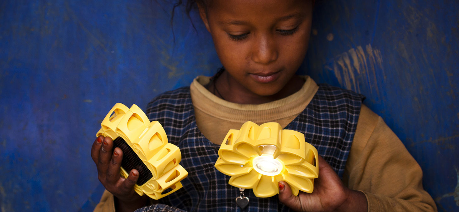 A Addis-Abbeba, une petite fille expérimente la Little Sun Lamp © Merlit Mersha / Flickr, CC BY-SA