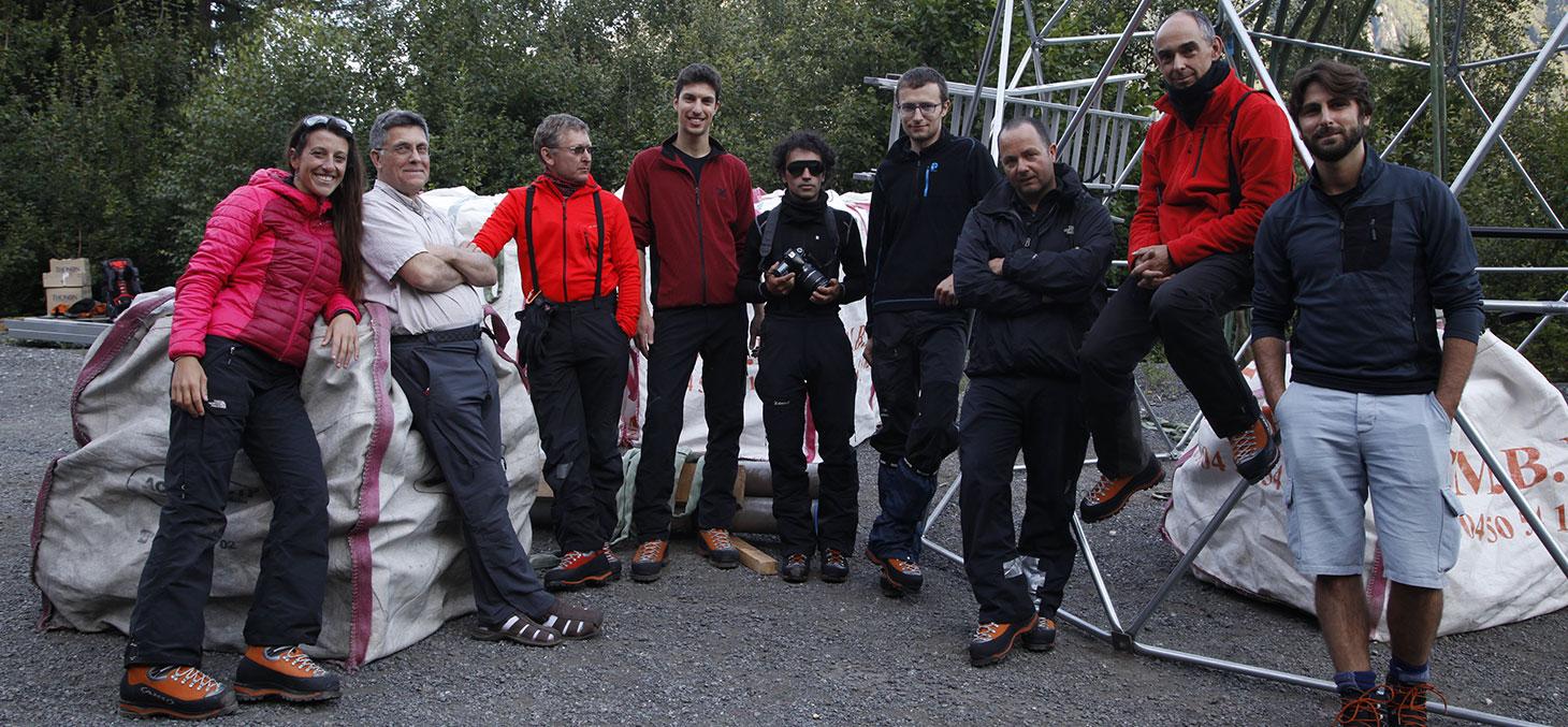 L'équipe d' Ice Memory attend l'hélicoptère qui va emporter la structure du dôme de forage sur le Mont-Blanc.