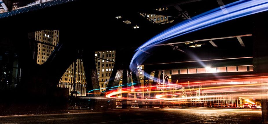 La lumière trace les routes de l'information. © Alejandro Benėt/Unsplash, CC BY-SA