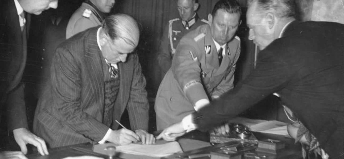 Édouard Daladier signe les accords de Munich, le 30 septembre 1938 © Bundesarchiv, CC BY-SA