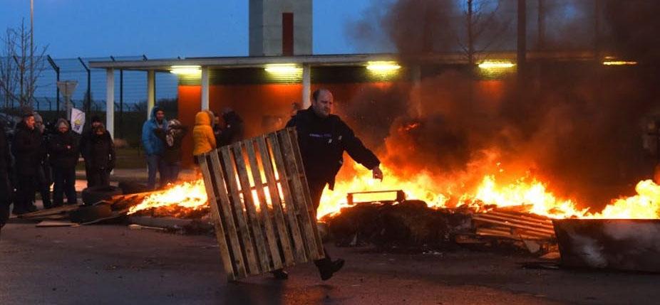 Blocus devant la prison de Vendin-le-Vieil (Pas-de-calais) le 16 janvier après l'attaque sur trois surveillants par un détenu écroué pour terrorisme. © François Lo Presti / AFP