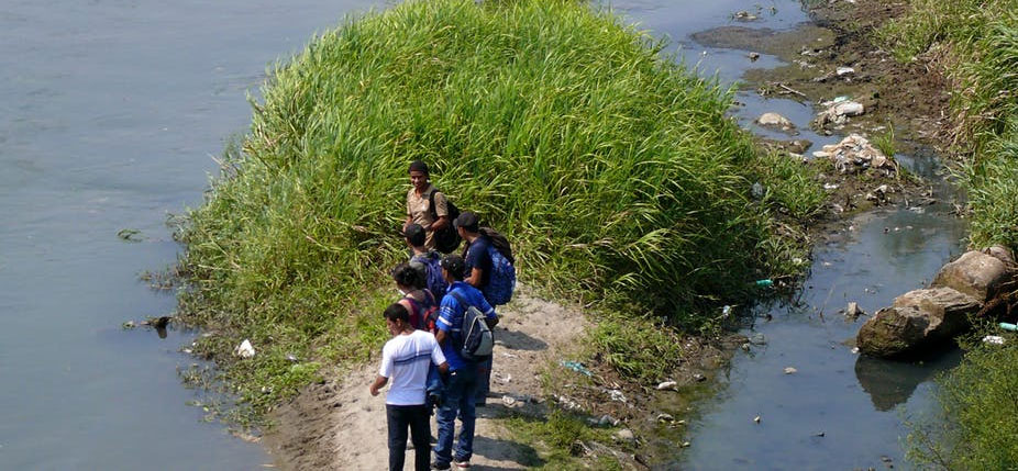 Groupe de migrants centraméricains se trouvant du côté guatémaltèque et qui cherchent à passer du côté mexicain en traversant le fleuve Suchiate (qui marque la division entre les deux pays). © Jean Clot, Author provided