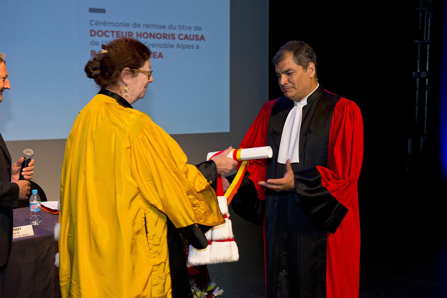 Remise de la médaille et du diplôme Docteur Honoris Causa par Lise Dumasy