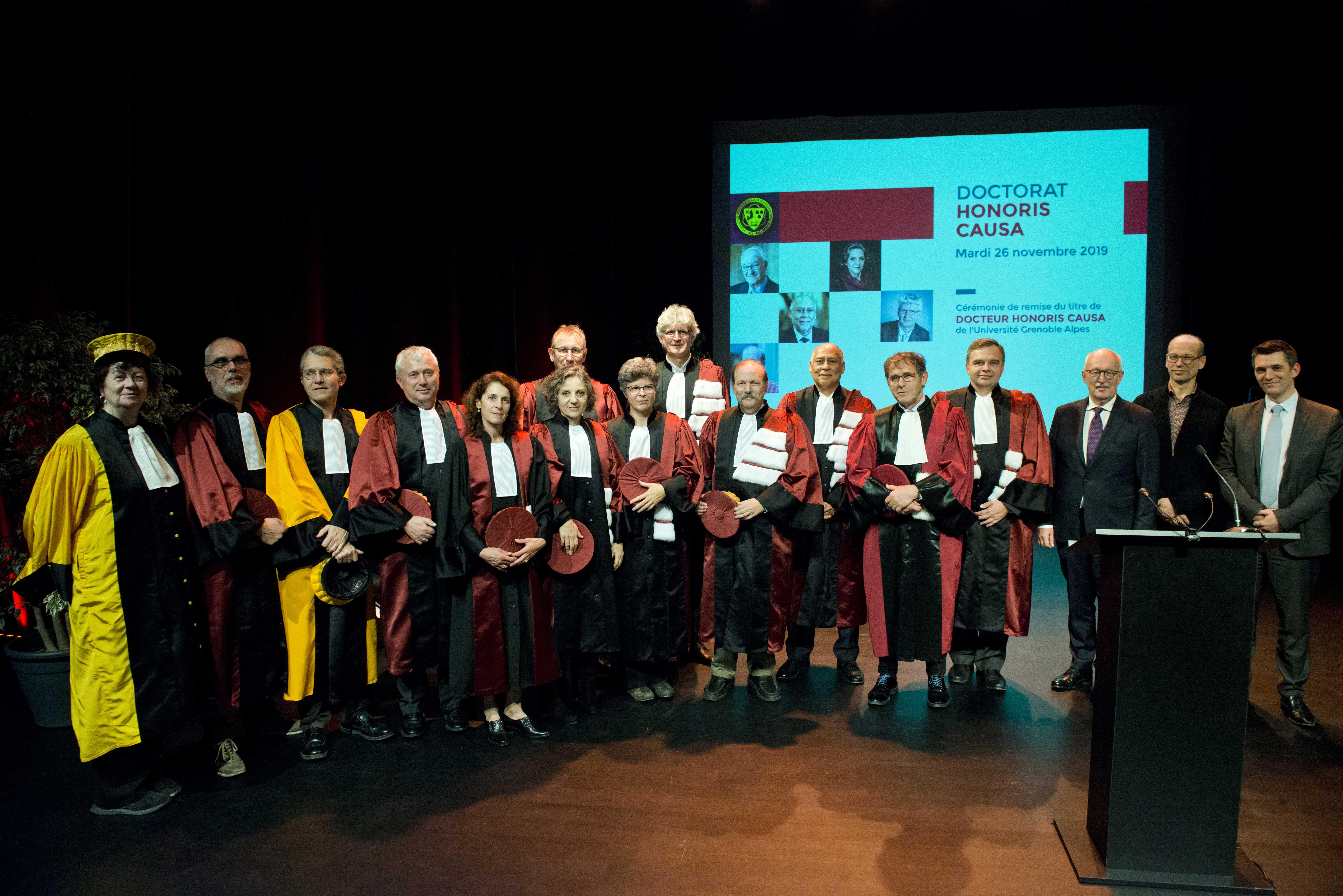 Photo de groupe en présence de Max Maldacker, consul général d'Allemagne à Lyon, de Fabien Malbet, maire-adjoint de Grenoble, et d'Aymeric Meiss, directeur de cabinet de la rectrice de l'académie de Grenoble