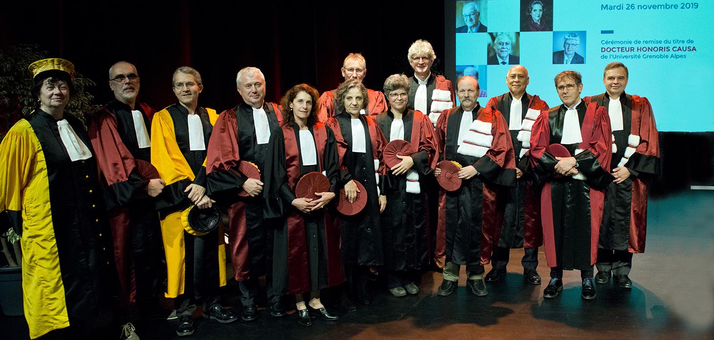Les nouveaux Docteurs Honoris Causa de l'Université Grenoble Alpes et leurs parrains-marraines, en présence de Patrick Lévy, président de l'université et d'Eric Saint-Aman, vice-président recherche.