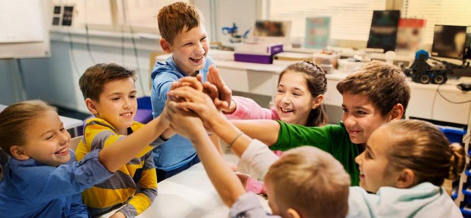 Pour se préparer aux défis de demain, les enfants doivent apprendre à travailler ensemble. © Shutterstock