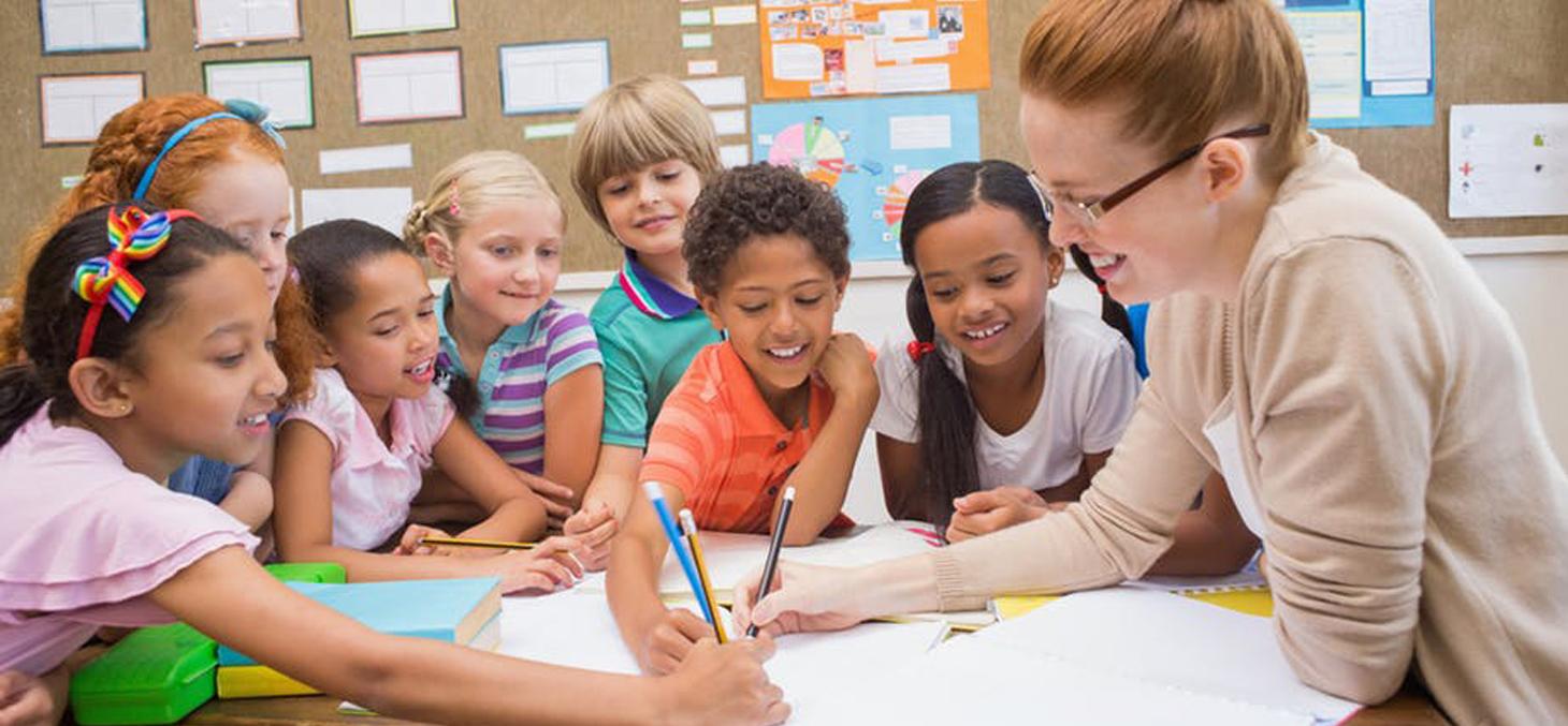 Un professeur doit interagir avec autant de personnalités qu'il a d'élèves, et de groupes qu'il a de classes / Shutterstock
