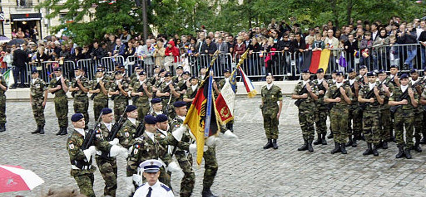 Défilé militaire franco-allemand, en juillet 2012, à Reims pour célébrer le 50e anniversaire de la rencontre entre Charles de Gaulle et Konrad Adenauer. Garitan/Wikimedia, CC BY-SA