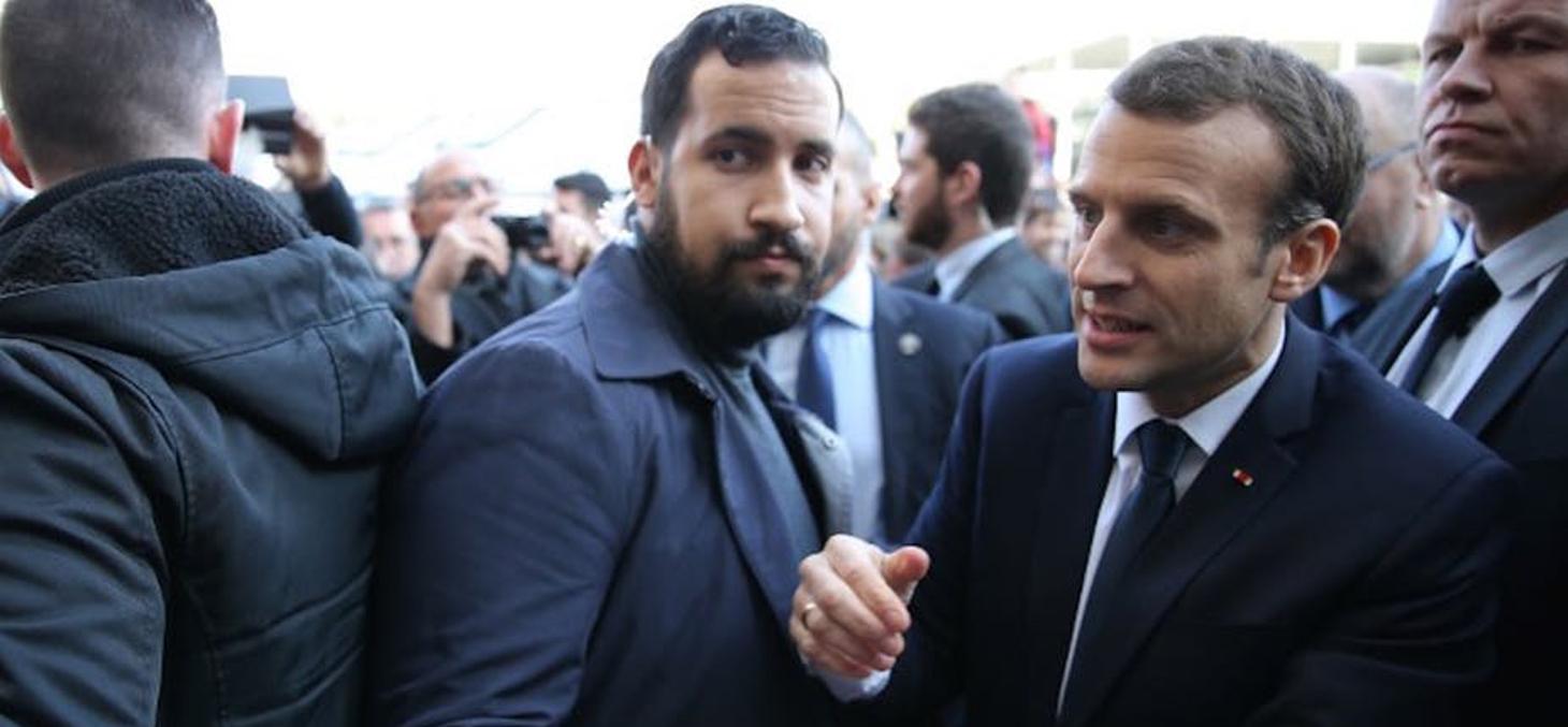 Alexandre Benalla, aux côtés du Président, lors du 55ème Salon de l'Agriculture, à Paris, le 24 février 2018. Stéphane Mahé / POOL / AFP