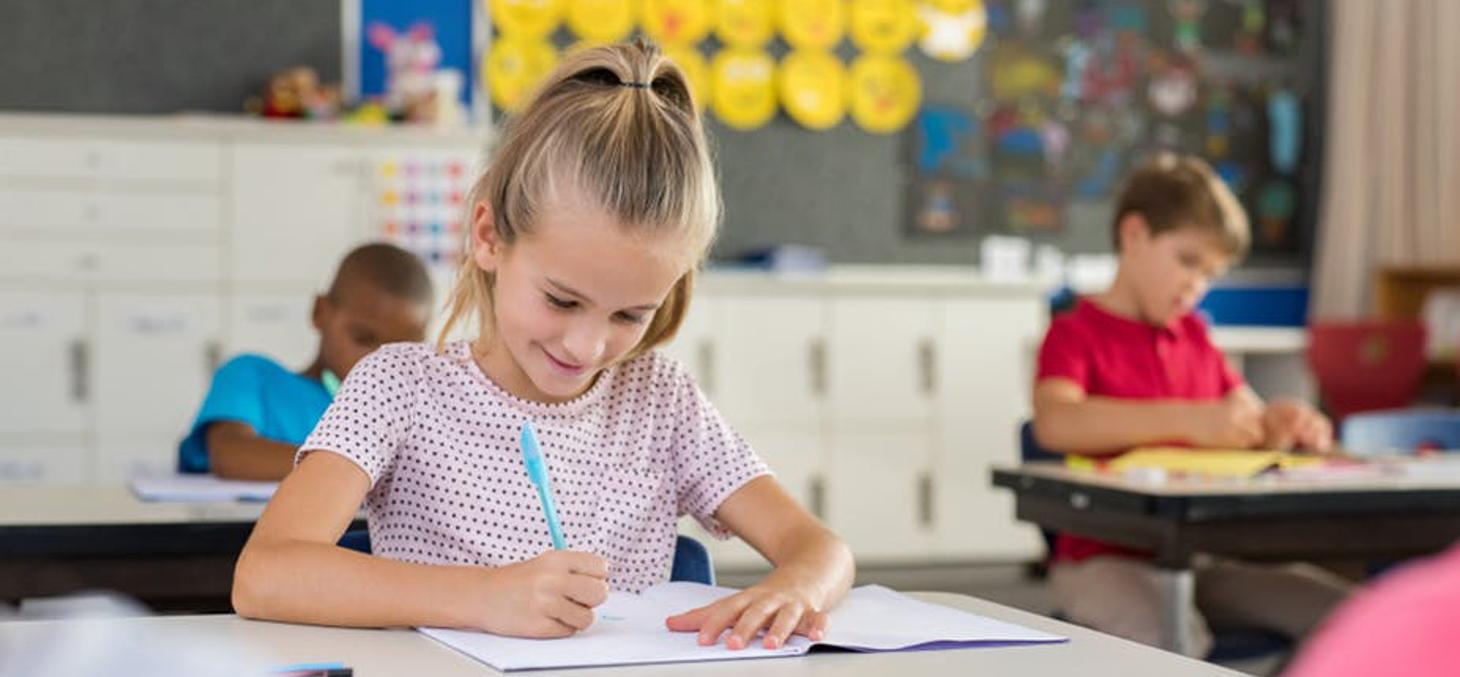 Les élèves ayant un faible niveau en orthographe, mais déjà un certain nombre de bases, profitent des dictées guidées pour les consolider. Shutterstock