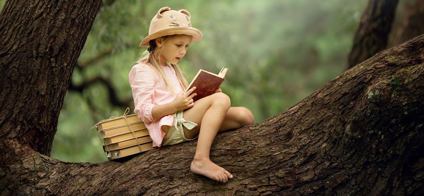 """""""Il n'y a peut-être pas de jours de notre enfance que nous ayons si pleinement vécus que ceux que nous avons cru laisser sans les vivre, ceux que nous avons passés avec un livre préféré."""", écrivait Marcel Proust. Shutterstock"""
