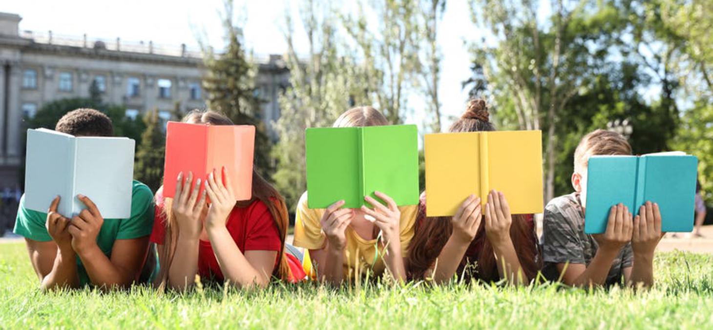 Si l'été est la saison des découvertes, la lecture est une autre forme de voyage à proposer aux enfants. Shutterstock