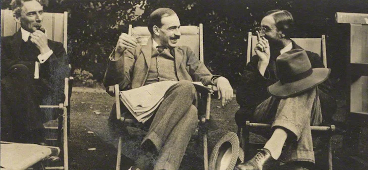 L'économiste John Maynard Keynes, ici entouré du mathématicien Bertrand Russell et de l'écrivain Lytton Strachey, a théorisé le principe d'incertitude radicale en économie. National Portrait Gallery