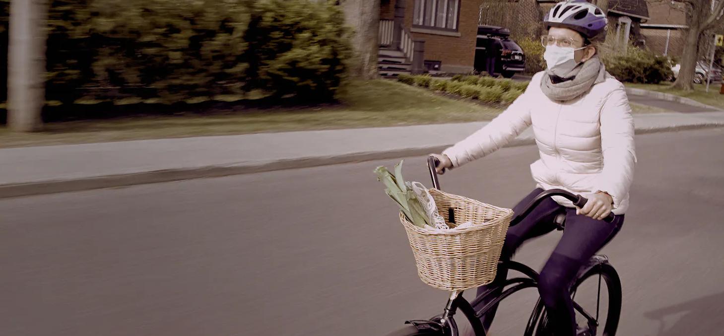 Une cycliste circule à Saint-Lambert, sur la Rive-Sud de Montréal. Pour que de comportements deviennent durables, il faut veiller à ce que le contexte de leur mise en œuvre soit maintenu après la crise et que les bénéfices qui y sont associés ne diminuent