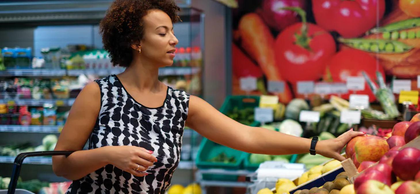 Toucher un fruit reste un bon moyen de s'assurer de sa qualité, quitte parfois à le salir ou l'abîmer. Nejron Photo / Shutterstock
