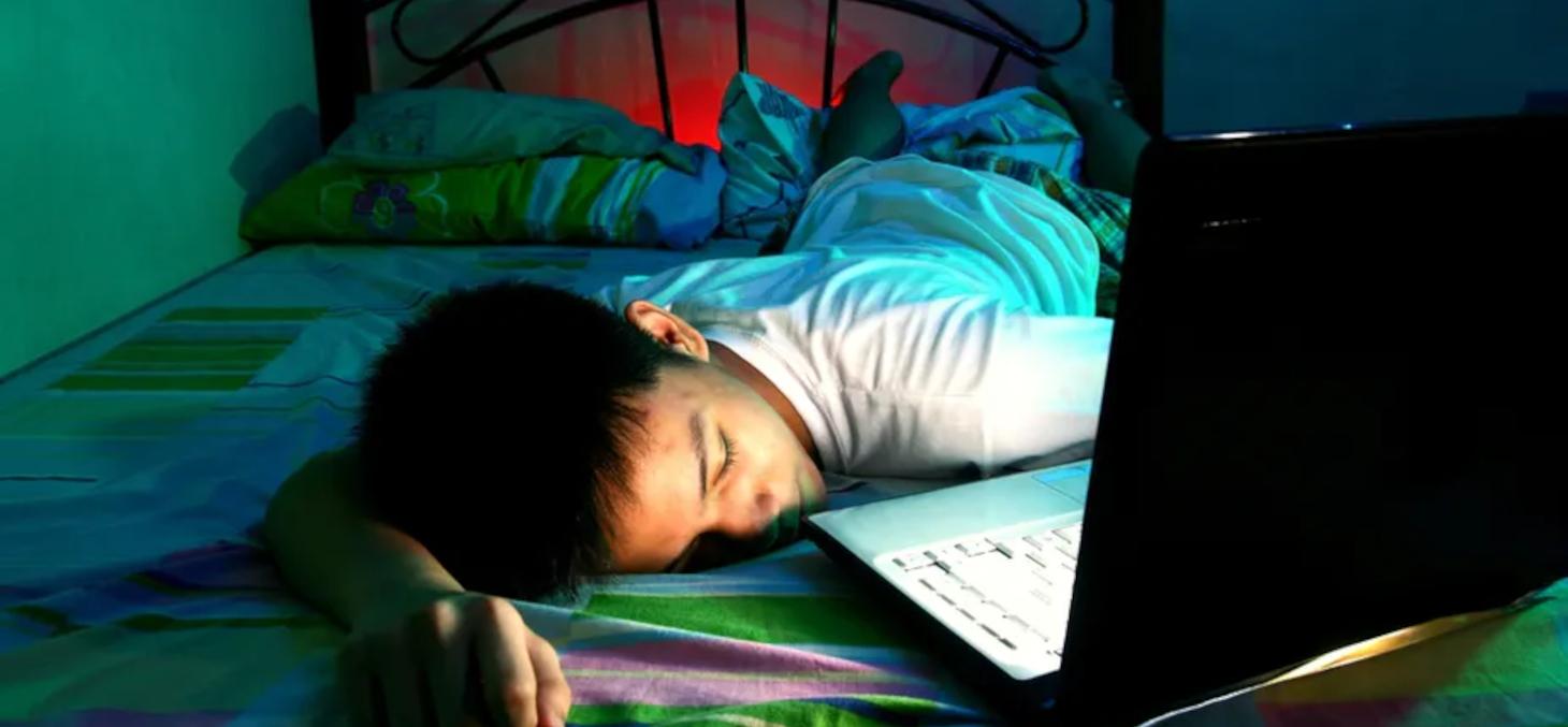 L'usage des écrans avant le coucher nuit autant à la quantité qu'à la qualité du sommeil. Shutterstock