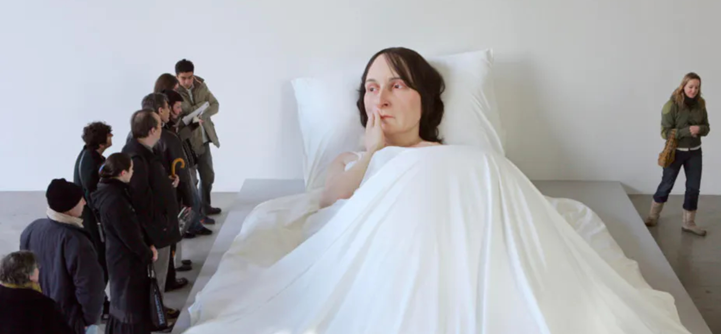 Exposition Ron Mueck à la Fondation Cartier, en 2005. Sculpture « In bed ». Fondation Cartier / Patrick Gries