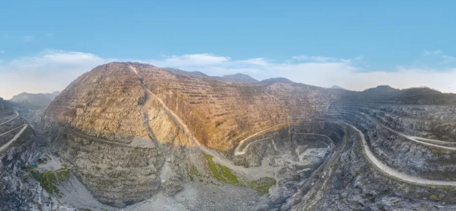 Une mine à ciel ouvert dans le parc minier national de Huangshi, dans la province de Hubei en Chine. chuyuss, Shutterstock