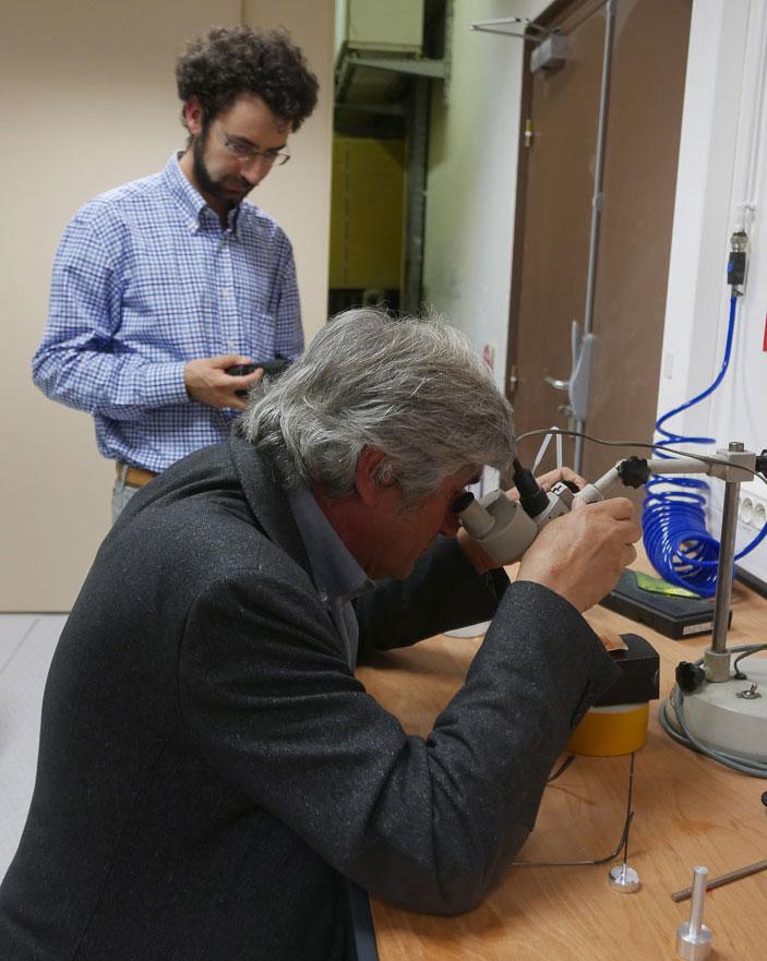 Giuseppe Penone et Eddy Andò : Sélection au microscope optique de grains de sable avant imagerie 3D à haute résolution par rayons X puis sculpture au laser de puissance