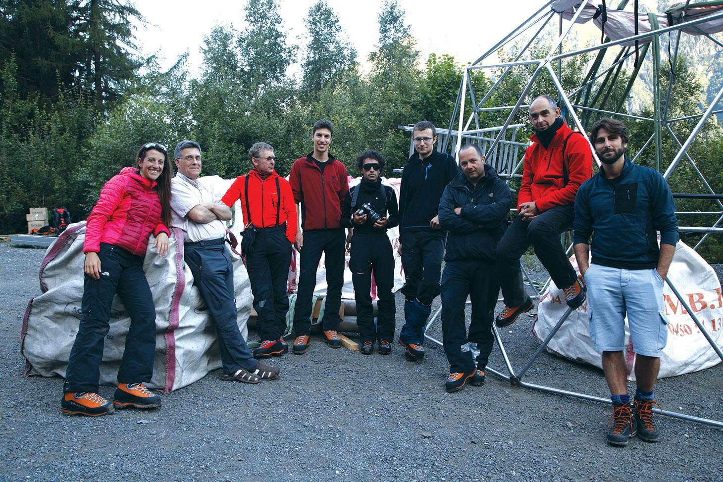 L'équipe d' Ice Memory attend l'hélicoptère qui va emporter la structure du dôme de forage sur le Mont-Blanc
