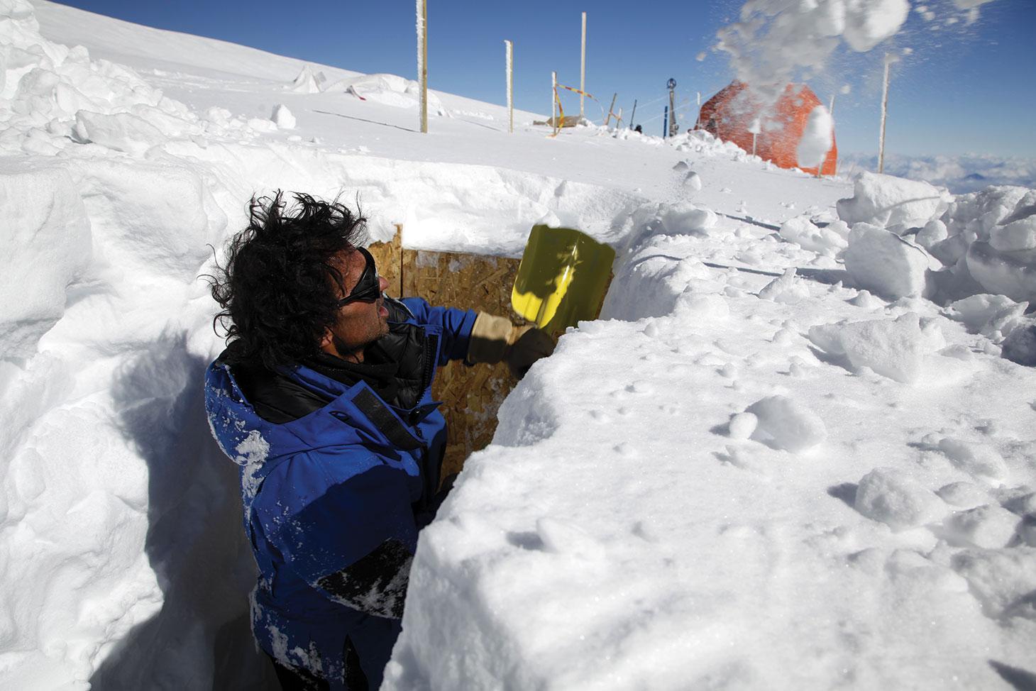 Bruno Jourdain creuse une tranchée pour le stockage des caisses de carottes de glace. Il restera là-haut au col du Dôme tout le temps de la mission.