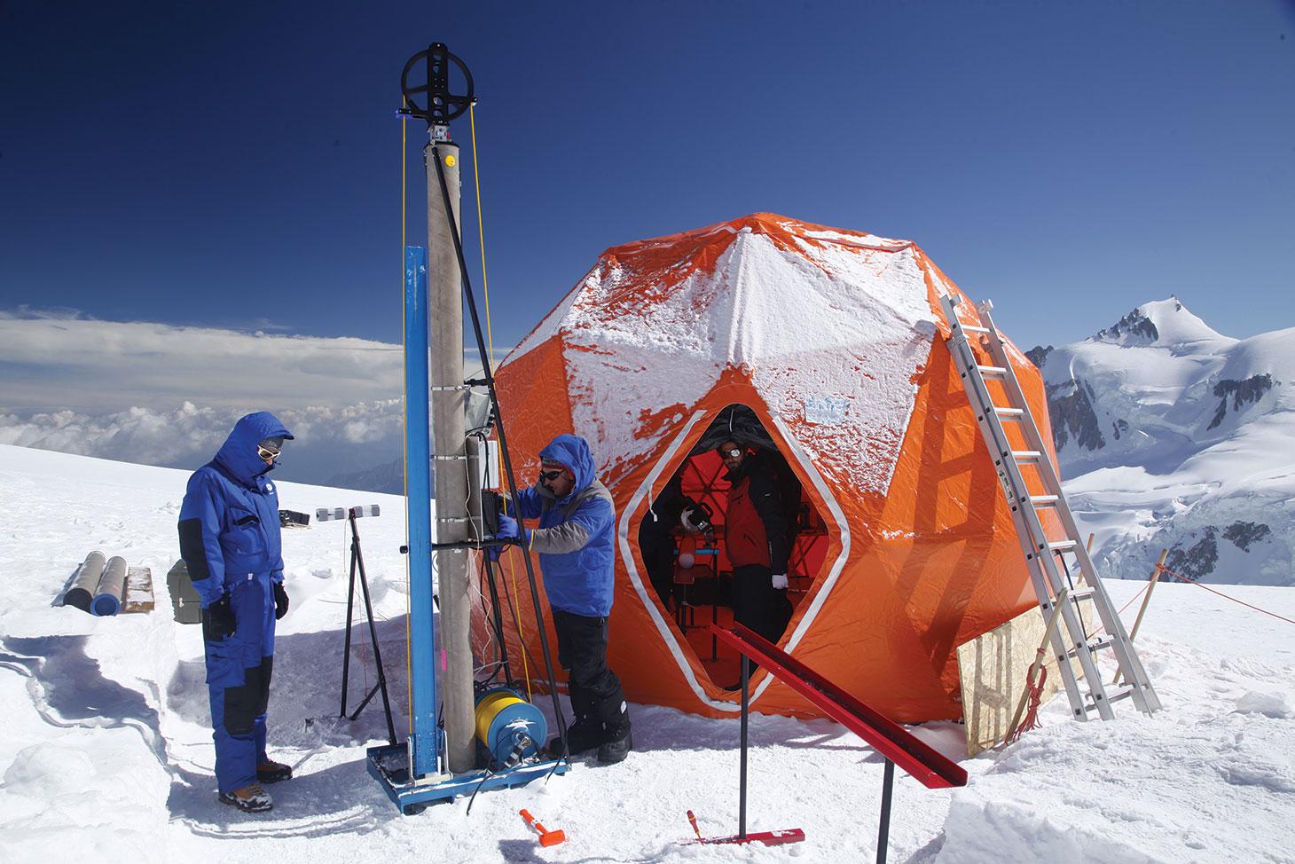 Le carottier est un tube équipé de lames qui coupent la glace en s'enfonçant, entraîné par un moteur. Vladimir Mikhalenko est aux manettes, sous l'oeil attentif de Patrick Ginot, le responsable de l'expédition.