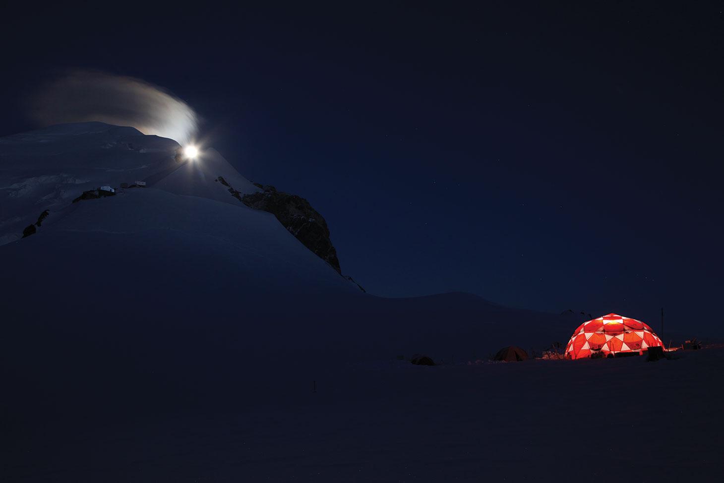 Vue de nuit du camp de vie et du site de forage.