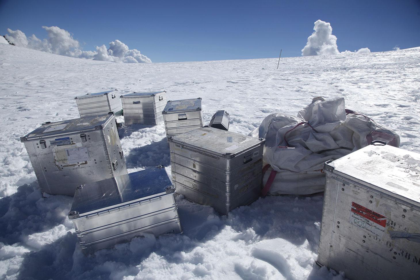 L'équipement de la mission déposé au col du Dôme