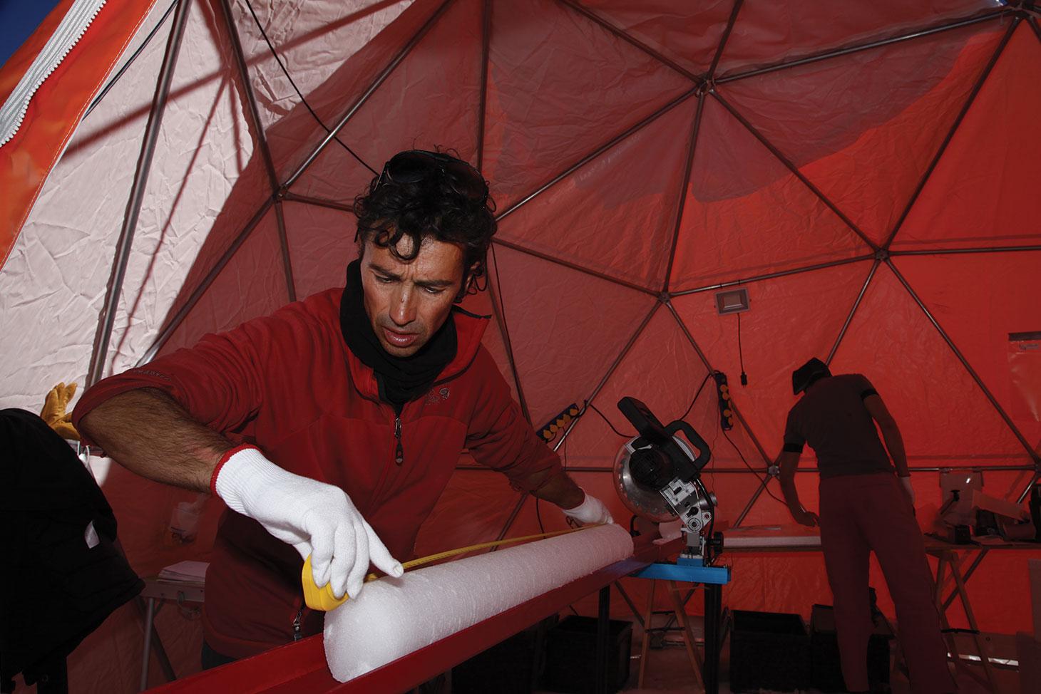 Bruno Jourdain mesure une carotte de glace avant de l'emballer