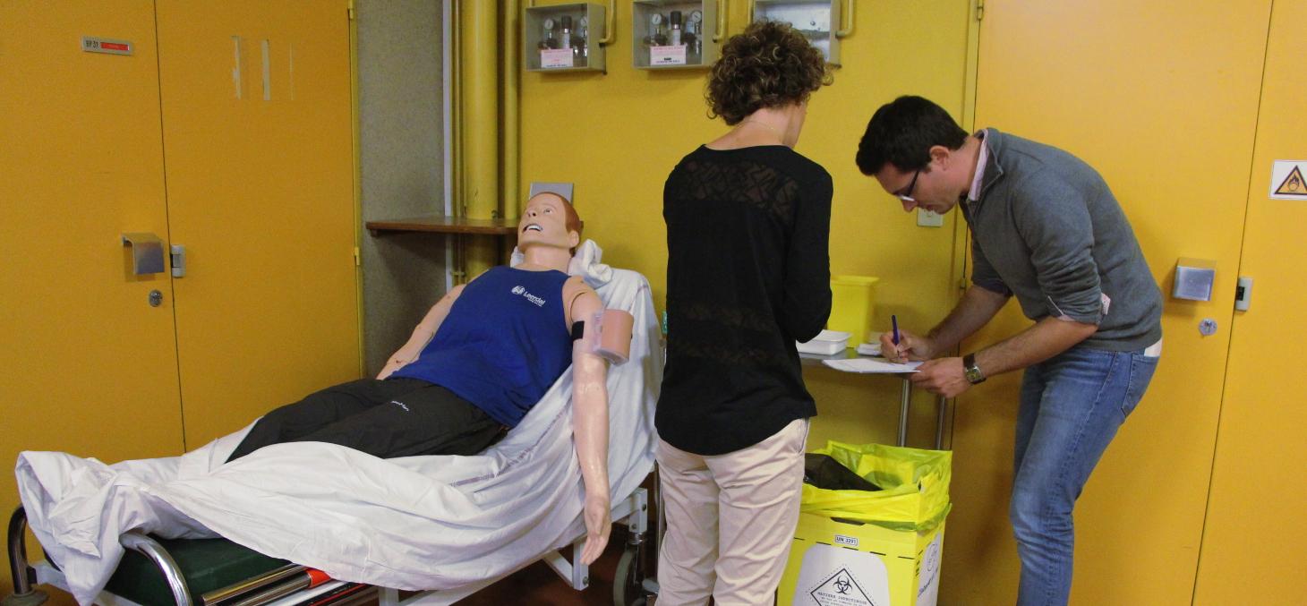 Une pharmacienne pratique l'injection vaccinale sur mannequin