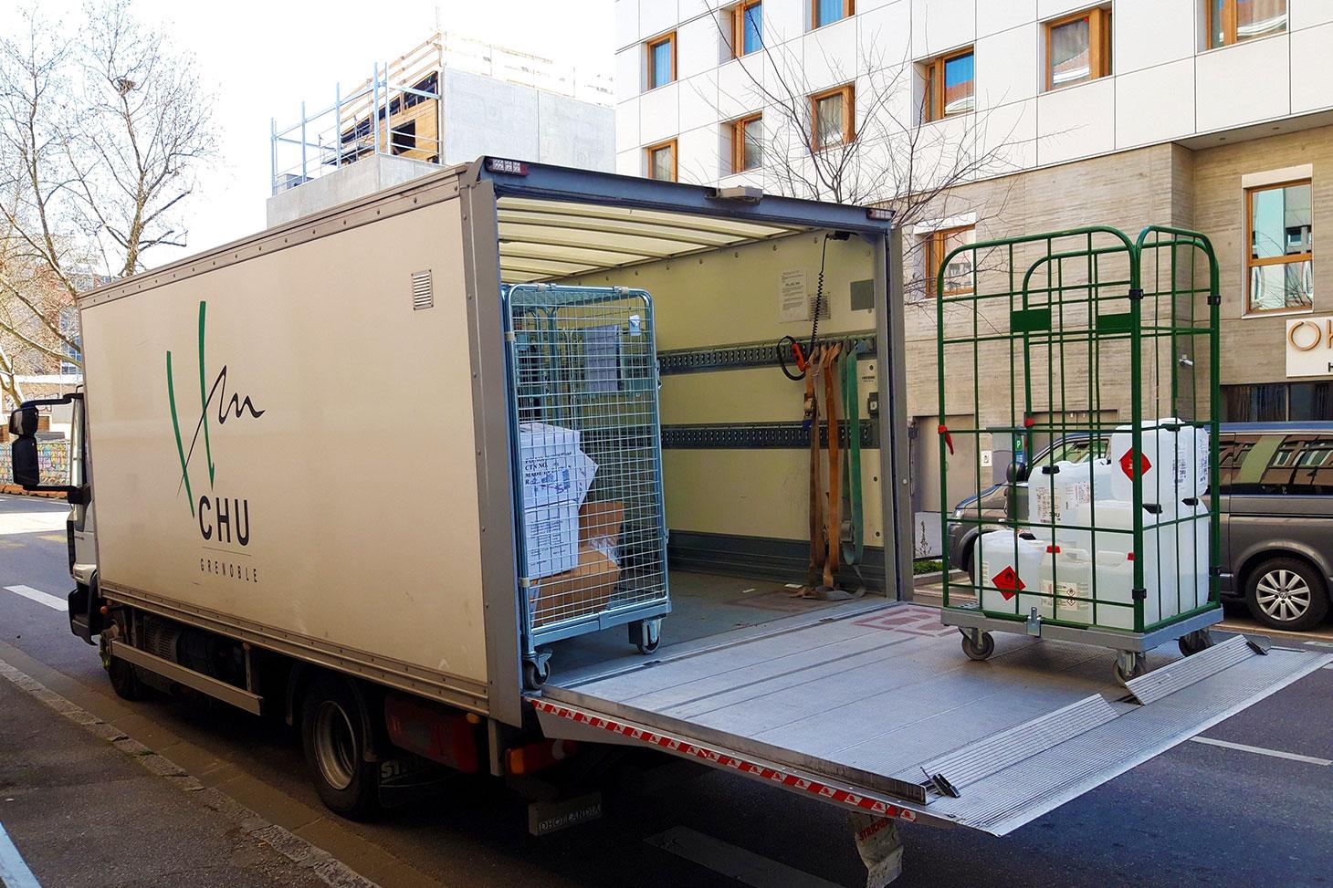 Livraison des stocks d'alcool, de glycérol et de H2O2, d'éprouvettes et de bidons au CHU Grenoble Alpes