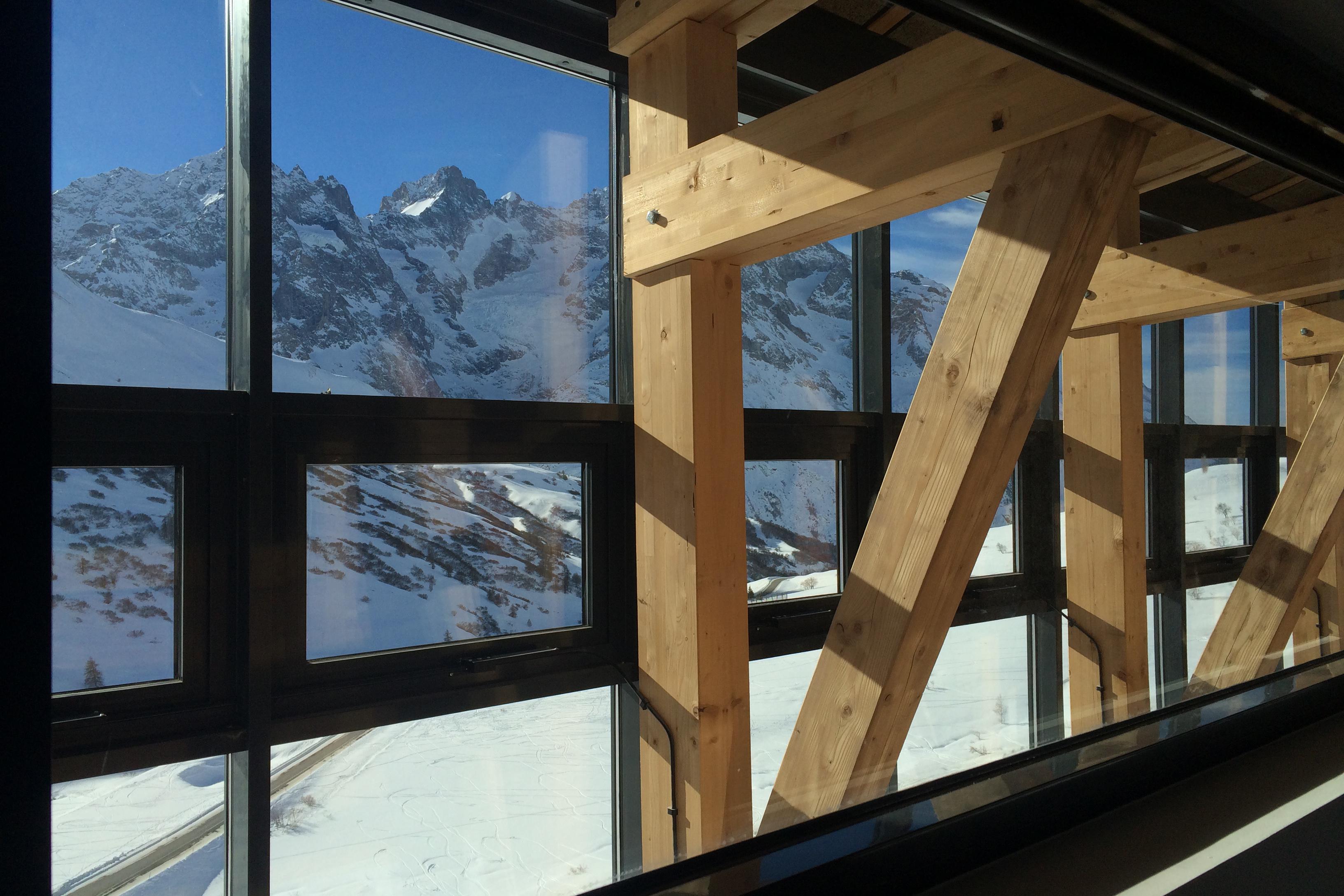 La vue sur le massif de la Meije depuis la salle de conférence de la Galerie de l'Alpe