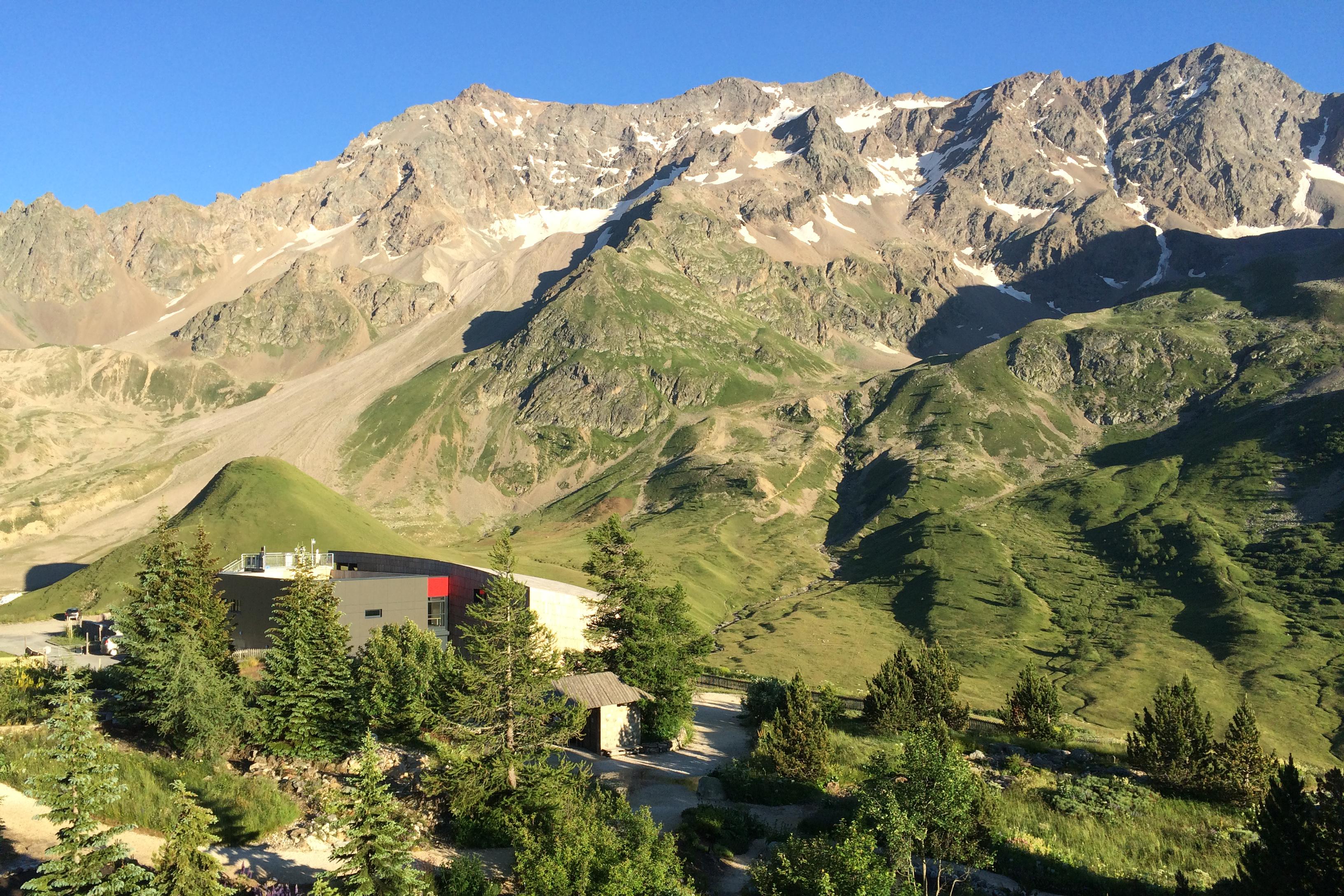La galerie de l'Alpe, lieu d'accueil, de conférences, d'expositions et laboratoire de recherche, au pied du massif du Combeynot