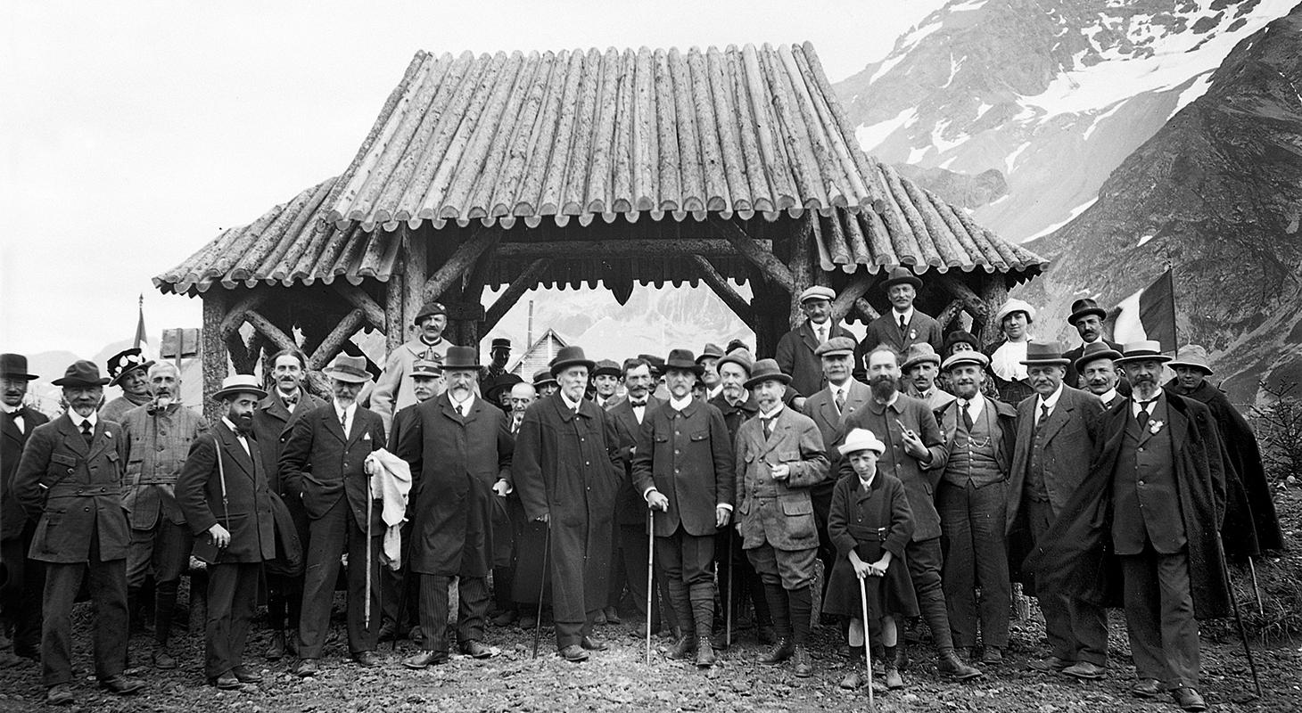 Photo prise en 1919 à l'entrée du jardin