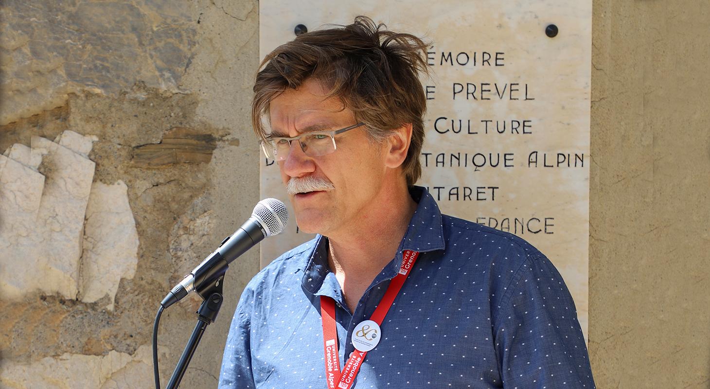 Allocution en plein air de Jean-Gabriel Valay sur l'histoire du Jardin du Lautaret