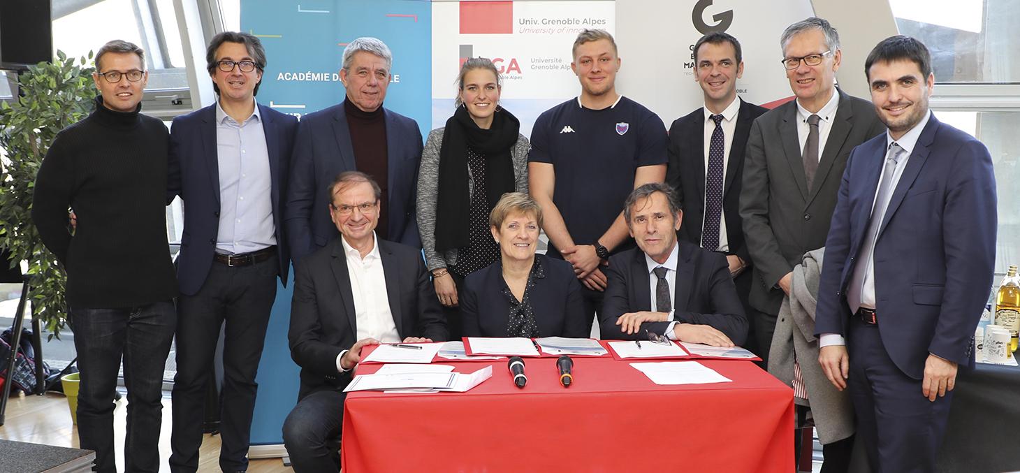 Signature de la charte de lancement du CASE Grenoble Alpes le 6 décembre dernier au stade Alpes par Loïck Roche, directeur général de GEM, Viviane Henry, directrice académique des services de l'Education nationale de l'Isère, et Patrick Levy, président de
