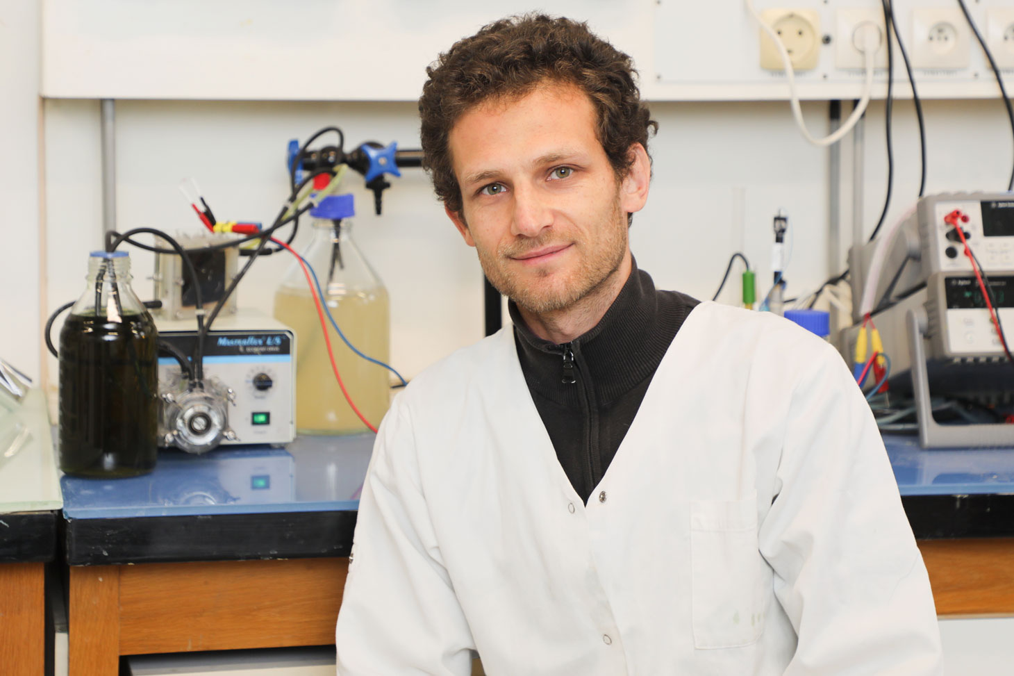 Loïc Michel dans son laboratoire au LEPMI