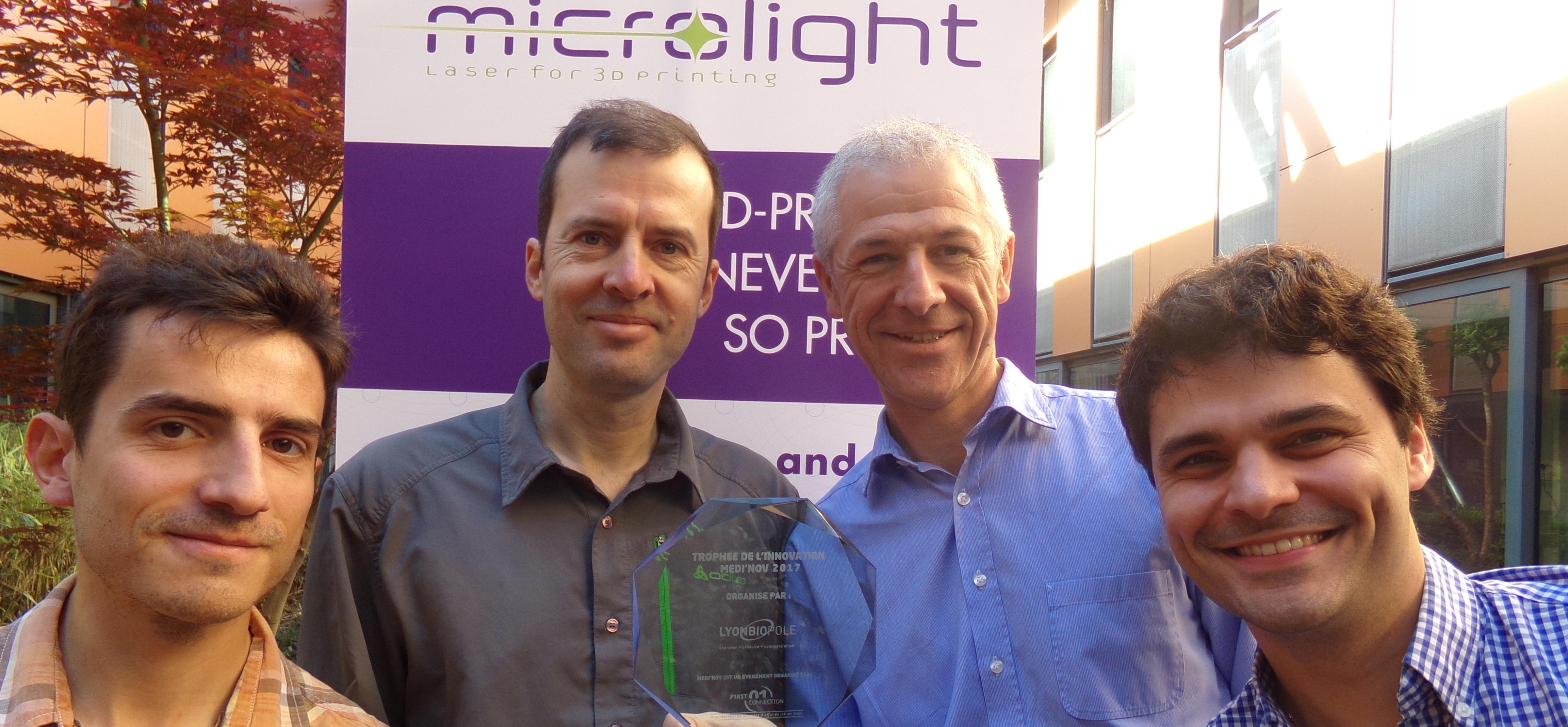 L'équipe Microloght 3 D posant avec le trophée de l'innovation Médi'nov en avril 2017